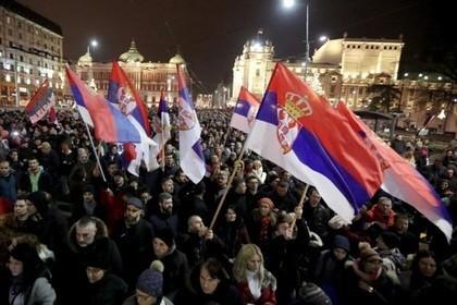 Тысячи сербов вышли на митинг против своего президента