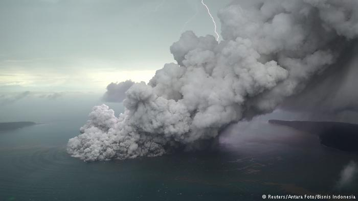 Число жертв цунами в Индонезии выросло до 281 человека