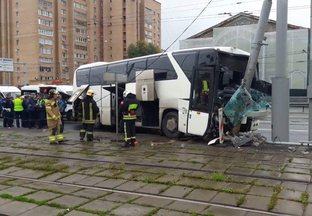 В Москве автобус с туристами врезался в столб: пострадали 14 человек