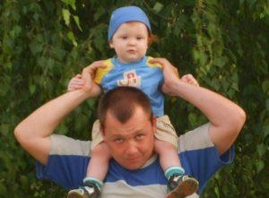 МК: на жителя Москвы завели уголовное дело из-за того, что он упал с ребенком на плечах