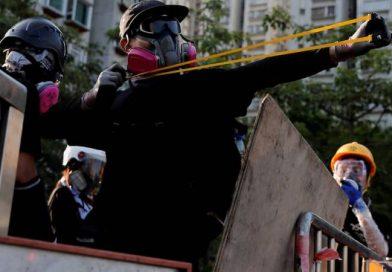 В Гонконге протестующие стреляли по полиции из луков