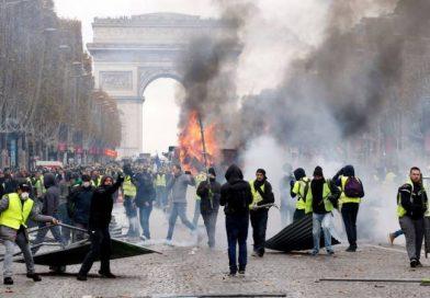 """Ущерб от протестов """"желтых жилетов"""" во Франции составил €2,5 млрд"""