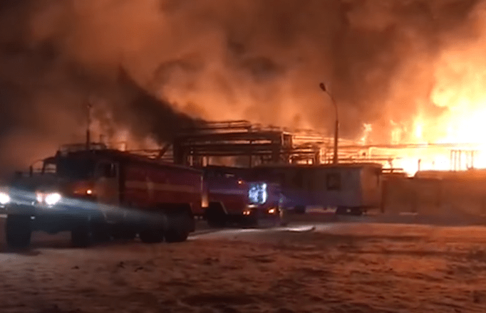 В Уфе горит нефтехимический завод