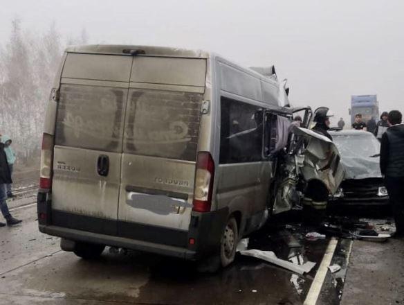 Пять человек погибли в столкновении микроавтобуса и фуры в Воронежской области