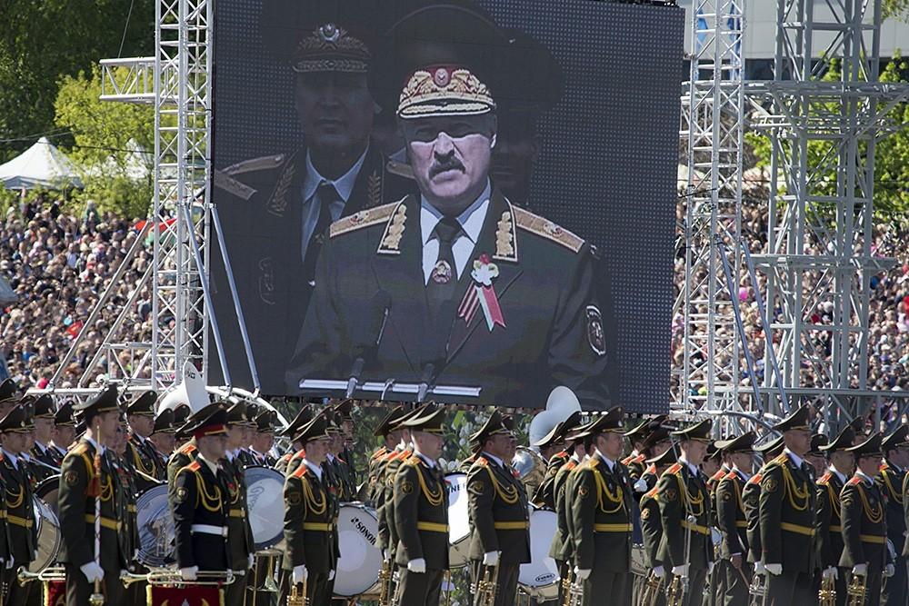 Минобороны Беларуси не собирается отменять Парад Победы и репетиции к нему8