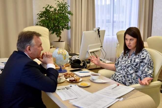 Глава агентства инвестиционного развития Татарстана провела встречу с депутатом ГД в «долларовом» костюме
