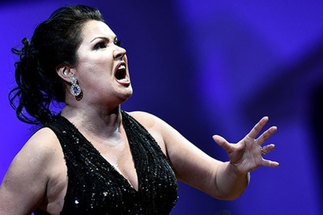 Певицу Анну Нетребко госпитализировали с коронавирусной пневмонией