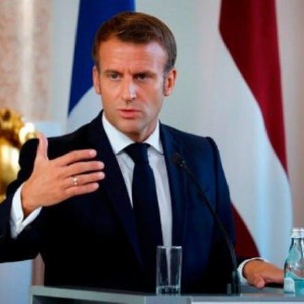 Макрон назвал обезглавливание учителя в пригороде Парижа террористической атакой исламистов