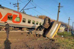 Поезд Адлер — Томск врезался в КамАЗ: вагоны сошли с рельсов